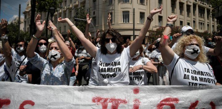 Los maestros gritan consignas durante una manifestación como parte de una huelga general de 24 horas, convocada por los sindicatos de Grecia para protestar contra el nuevo proyecto de ley laboral del gobierno, que según los trabajadores erosionará sus derechos, en Atenas.