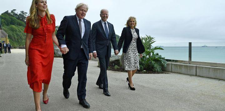 El primer ministro británico Boris Johnson y su esposa Carrie Johnson caminan con el presidente estadounidense Joe Biden y la primera dama estadounidense Jill Biden antes de una reunión bilateral en Carbis Bay, Cornwall.