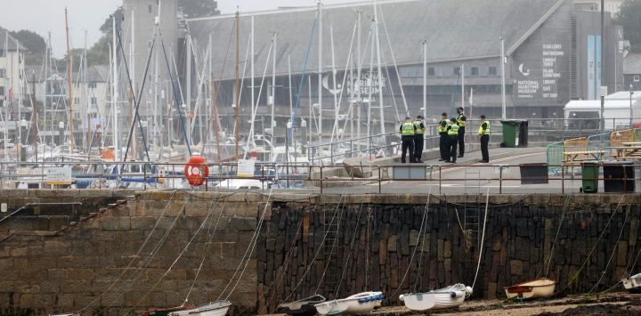 Los agentes de policía patrullan el puerto de Falmouth, Cornwall, antes de la cumbre del G7 de tres días que se celebrará en junio. - Los líderes del G7 de Canadá, Francia, Alemania, Italia, Japón, Reino Unido y Estados Unidos se reúnen este fin de semana por primera vez en casi dos años para las conversaciones de tres días en Carbis Bay, Cornwall.