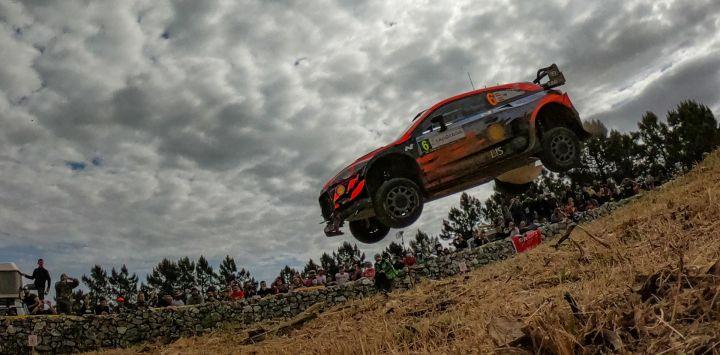 El piloto español Dani Sordo conduce su Hyundai i20 Coupe WRC con su copiloto español Borja Rozada, a través de Micky's Jump entre Lerno y Monti di Ala, cerca de Olbia, durante la Etapa SS10 del Rally de Cerdeña.