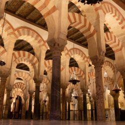 Los dobles arcos rojos y blancos caracterizan el interior de la Mezquita de Córdoba. Foto: Andreas Drouve/dpa