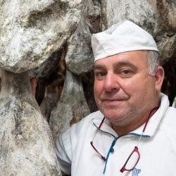 Antonio Copado Bermúdez explica cómo se alimenta a los cerdos con bellotas para conferirle su sabroso sabor al jamón. Foto: Andreas Drouve/dpa