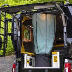 Una de las características más llamativas del módulo es su portón trasero, el cual se abre de forma vertical hacia arriba.