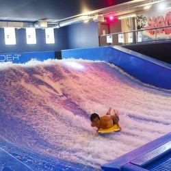 Un hombre surfea durante la inauguración de Wave In, el primer centro de surf indoor de París, con ola estática. | Foto:Thomas Samson / AFP