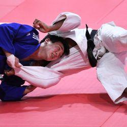 El estadounidense Colton Brown (blanco) lucha contra el surcoreano Juyeop Han (azul) en la categoría masculina de -90 kg durante el quinto día del Campeonato Mundial de Judo de 2021 en la Arena 'Papp Laszlo' de Budapest Hungría. | Foto:Attila Kisbenedek / AFP