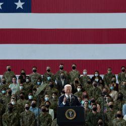El presidente de los EE. UU., Joe Biden, se dirige al personal de la Fuerza Aérea de los EE. UU. Y sus familias estacionados en Royal Air Force Mildenhall, Suffolk, Inglaterra. | Foto:Brendan Smialowski / AFP