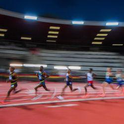 Los atletas compiten en los 5000m Masculinos durante la reunión de atletismo de la Diamond League en el estadio Asics Firenze Marathon Luigi-Ridolfi en Florencia. | Foto:Tiziana Fabi / AFP