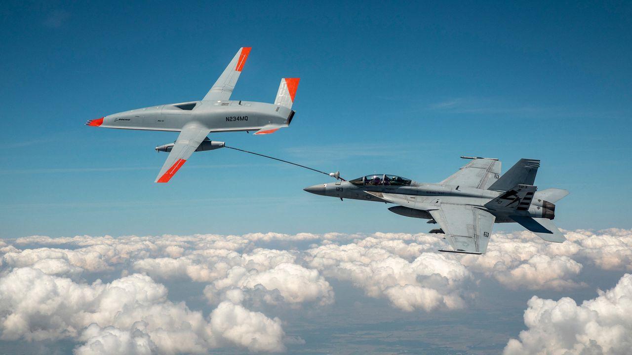 Esta foto muestra el activo de prueba Boeing MQ-25 T1 mientras transfiere combustible a un F / A-18 Super Hornet de la Armada de los EE. UU., lo que marca la primera vez en la historia que un avión no tripulado tiene repostó otro avión. | Foto:Kevin Flynn / BOEING / AFP
