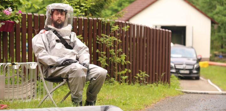 Los miembros de los servicios de emergencia trabajan en el lugar de una explosión ocurrida en una planta de gas de cloro en un baño de lago forestal en el Harz, donde se filtró gas y una persona resultó levemente herida.