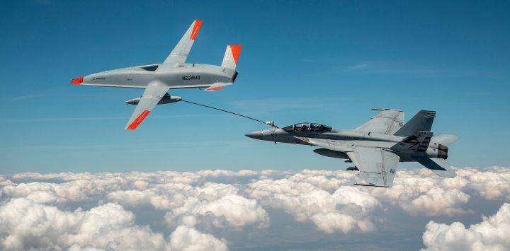 Esta foto muestra el activo de prueba Boeing MQ-25 T1 mientras transfiere combustible a un F / A-18 Super Hornet de la Armada de los EE. UU., lo que marca la primera vez en la historia que un avión no tripulado tiene repostó otro avión.
