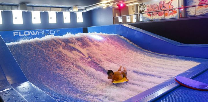 Un hombre surfea durante la inauguración de Wave In, el primer centro de surf indoor de París, con ola estática.