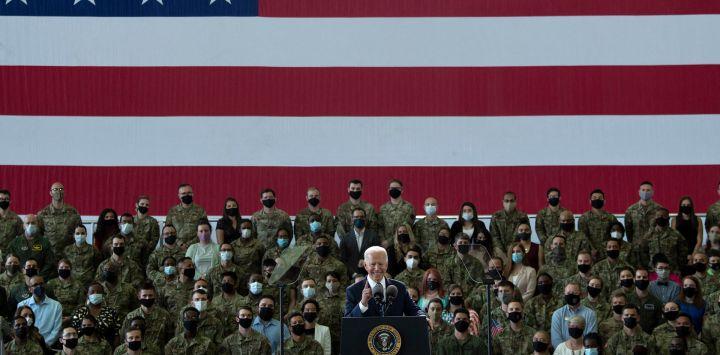 El presidente de los EE. UU., Joe Biden, se dirige al personal de la Fuerza Aérea de los EE. UU. Y sus familias estacionados en Royal Air Force Mildenhall, Suffolk, Inglaterra.