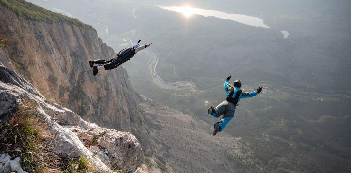 El saltador de base de Italia Maurizio Di Palma y la saltadora de base de Lituania Evelina Overlingaite saltan desde el Becco dell'Aquila, el punto de salida en la cima del Monte Brento cerca de Trento, en el norte de Italia.