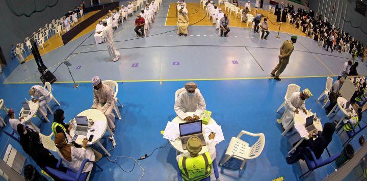La gente espera su turno para vacunarse contra el COVID-19 en el Complejo Deportivo Sultan Qaboos en la capital de Omán, Mascate.