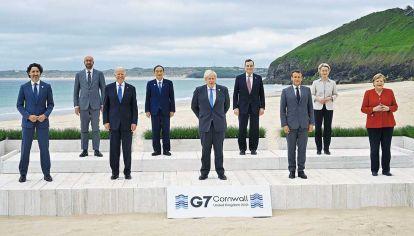 En la playa. Los líderes de las siete mayores economías con regímenes democráticos, en Inglaterra. Organizar la distribución de mil millones de vacunas será una de las prioridades del cónclave.
