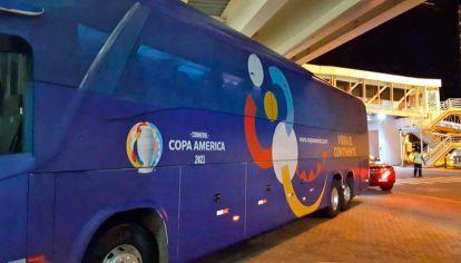 Protocolos. Las selecciones llegan a los estadios en burbujas. Las sedes son ciudades que le responden políticamente a Bolsonaro.