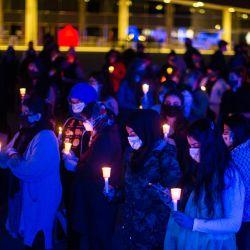 La gente sostiene velas durante una vigilia en Toronto para honrar a los cuatro miembros de una familia musulmana que fueron atropellados deliberadamente por un coche, en lo que la policía calificó como un crimen de odio.   Foto:Chris Young/The Canadian Press vía ZUMA/ DPA