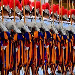 Los reclutas de la Guardia Suiza se preparan antes de prestar su juramento en el patio de San Dámaso en el Vaticano durante una ceremonia de juramento.   Foto:Andreas Solaro / AFP