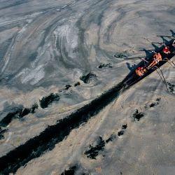Esta fotografía aérea tomada en la costa de Caddebostan, en el mar de Mármara (Turquía), muestra un barco navegando entre mucílagos, una capa gelatinosa de baba que se desarrolla en la superficie del agua debido a la excesiva proliferación de fitoplancton, lo que supone una grave amenaza para el bioma marino.   Foto:Yasin Akgul / AFP