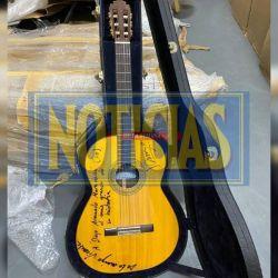 Guitarra firmada.    Foto:CEDOC