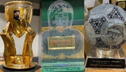 Los trofeos de Maradona que están en la baulera.