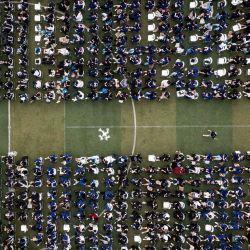 Esta foto aérea muestra a casi 11.000 graduados, incluidos más de 2.000 estudiantes que no pudieron asistir a la ceremonia de graduación el año pasado debido al brote de coronavirus Covid-19, asistiendo a una ceremonia de graduación en la Universidad Normal de China Central en Wuhan, en la provincia central china de Hubei. | Foto:STR / AFP