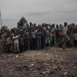 Simpatizantes del presidente de la República Democrática del Congo, Felix Tshisekedi, le esperan para visitar el lugar de la colada de lava solidificada al norte de Goma, la capital provincial de Kivu del Norte. | Foto:Guerchom Ndebo / AFP