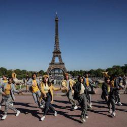 Bailarines del grupo de Shee'z actúan en la plaza del Trocadero frente a la Torre Eiffel en París. | Foto:Sameer Al-Doumy / AFP