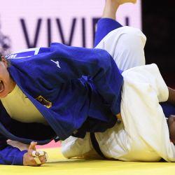 La francesa Madeleine Malonga lucha contra la alemana Anna Maria Wagner en la final de la categoría femenina de -78kg, en la sexta jornada de los Campeonatos del Mundo de Judo 2021 en el Arena 'Papp Laszlo' de Budapest, Hungría. | Foto:Attila Kisbenedek / AFP