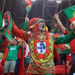 Un aficionado de Portugal anima antes del partido de fútbol del Grupo F de la Eurocopa 2020 entre Hungría y Portugal en el Puskas Arena de Budapest. | Foto:Alex Pantling / POOL / AFP