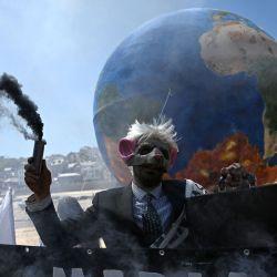 Los activistas ecologistas de la Rebelión de la Extinción realizan una actuación mientras protestan en las calles de St Ives, Cornualles, durante la cumbre del G7. | Foto:Daniel Leal-Olivas / AFP