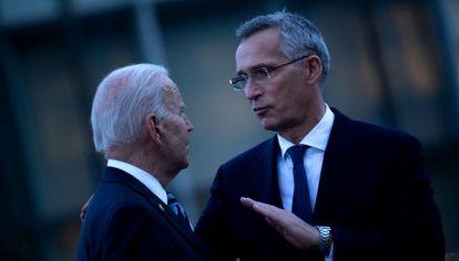 El presidente norteamericano junto al secretario general de la OTAN, Jens Stontelberg