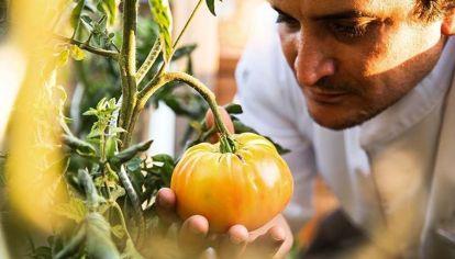 Chef Mauro Colagreco en su restaurante Mirazur en la Costa Azul francesa.