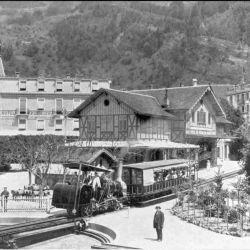 Lo de la rueda dentada ya lo habían probado otros: John Blenkinsop transporta con una locomotora de cremallera ya en 1812 carbón en una mina de Inglaterra.