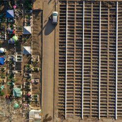 Vista aérea de un nuevo sector de tumbas en el Cementerio General de Santiago. - Las autoridades sanitarias de Chile informaron que el número de muertos por la pandemia de coronavirus ha superado los 30.000 y anunciaron la extensión del cierre de fronteras hasta finales de junio. | Foto:Martin Bernetti / AFP