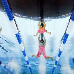 Julia Poole, Abigail Herscu, y Alexis Yager de Estados Unidos, compiten en una eliminatoria preliminar de los 100 metros braza femeninos durante el segundo día de las pruebas de natación del equipo olímpico de Estados Unidos 2021 en el CHI Health Center en Omaha, Nebraska. | Foto:Tom Pennington / Getty Images / AFP