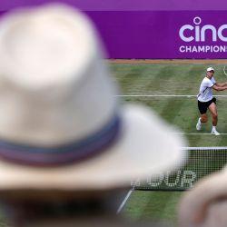 El australiano John Millman devuelve contra el australiano Alex de Minaur durante su partido de tenis de segunda ronda de individuales masculino en el torneo ATP Championships en el Queen's Club en el oeste de Londres. | Foto:Adrian Dennis / AFP