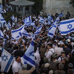 Israel, Jerusalén: Personas agitan banderas de Israel durante la polémica Marcha de las Banderas, organizada por nacionalistas de derecha israelíes. | Foto:Ilia Yefimovich / DPA