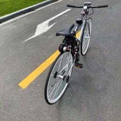 Para que mantenga el equilibrio sola se ha utilizado una rueda de metal, que está montada perpendicularmente y que puede cambiar rápidamente la dirección de su giro.