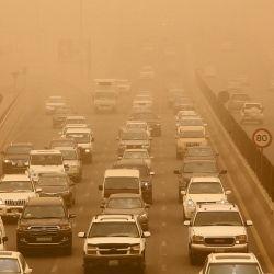 Los vehículos circulan por una autopista abarrotada durante una tormenta de polvo en la ciudad de Kuwait. | Foto:Yasser Al-Zayyat / AFP