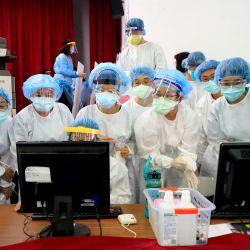 Trabajadores médicos asisten a una sesión informativa en un centro de vacunación durante los programas de vacunación a nivel nacional. | Foto:Daniel Ceng Shou-Yi / ZUMA Wire / DPA