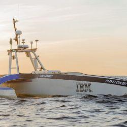 Este innovador trimarán puede alcanzar velocidades máximas de 18 km/h.