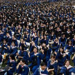 Esta foto muestra a casi 11.000 graduados, incluidos más de 2.000 estudiantes que no pudieron asistir a la ceremonia de graduación el año pasado debido al brote de coronavirus Covid-19, asistiendo a una ceremonia de graduación en la Universidad Normal de China Central en Wuhan, en la provincia central china de Hubei. | Foto:STR / AFP