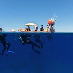 Los buzos que participan en un proyecto para documentar los naufragios en Chipre con imágenes de 360 grados para promover la isla mediterránea como destino de buceo para los turistas, se preparan para bucear en el naufragio del Lef1 frente a la costa de Larnaca.   Foto:Emily Irving-Swift / AFP