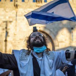 Israel, Jerusalén: Un judío ultraortodoxo participa en la polémica Marcha de las Banderas, organizada por los nacionalistas de derecha israelíes. | Foto:Ilia Yefimovich / DPA