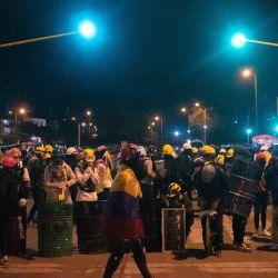Colombia, Bogotá: Miembros del llamado frente sostienen escudos durante una nueva jornada de protestas antigubernamentales contra las reformas sanitaria y tributaria del presidente Iván Duque y la brutalidad policial que deja al menos 70 muertos en el último mes de protestas.   Foto:Daniel Romero / LongVisual vía ZUMA Wire / DPA