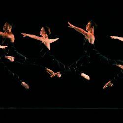 Bailarines de la Paul Taylor Dance Company interpretan    Foto:Frazer Harrison / Getty Images / AFP