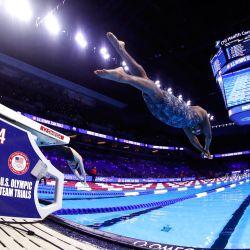 Simone Manuel, de Estados Unidos, compite en una eliminatoria preliminar de los 200 metros espalda masculinos durante el quinto día de las pruebas de natación del equipo olímpico de Estados Unidos 2021 en el CHI Health Center en Omaha, Nebraska.   Foto:Maddie Meyer / Getty Images / AFP