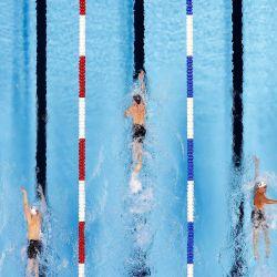 Trey Freeman, Hayden Curley, Charlie Clark, Grant Shoults y Will Roberts, de Estados Unidos, compiten en una eliminatoria preliminar de los 800 metros libres masculinos durante el cuarto día de las pruebas de natación del equipo olímpico de Estados Unidos 2021 en el CHI Health Center en Omaha, Nebraska. | Foto:Tom Pennington / Getty Images / AFP