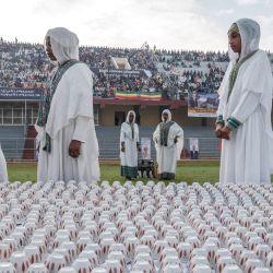 Mujeres con trajes tradicionales junto a un puesto de ceremonia de café tradicional en un estadio en Jimma para un mitin de campaña electoral del primer ministro etíope Abiy Ahmed. | Foto:Eduardo Soteras / AFP